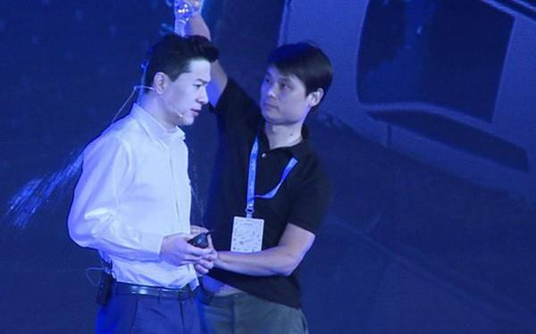 Đổ nước lên đầu CEO Baidu giữa sân khấu, một thanh niên bị bắt