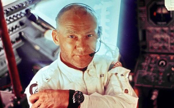 """Tàu Apollo 11 lên Mặt Trăng không có toilet, các phi hành gia """"giải quyết nỗi buồn"""" bằng cách nào?"""