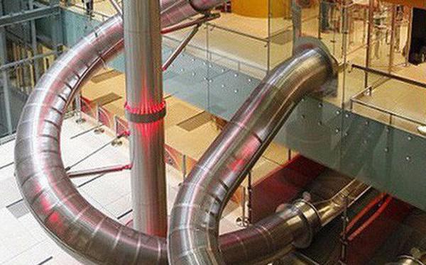 Sân bay Changi xây ống trượt để hành khách chui ra cửa máy bay, nhiều người tự hỏi: Ủa vậy cũng được nữa hả?