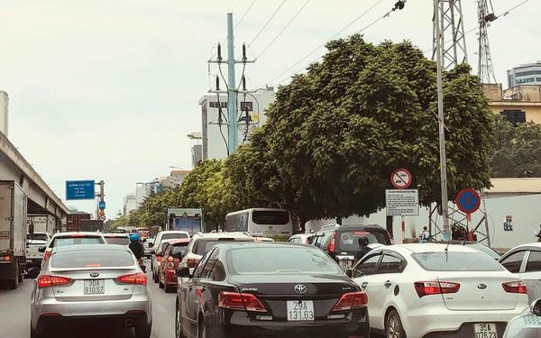 Hà Nội: Tắc đường trên cao, các phương tiện xếp hàng dài