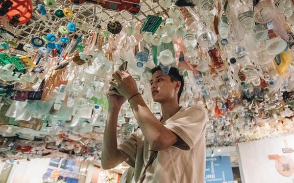 500kg rác thải treo lơ lửng trên đầu: Triển lãm ấn tượng ở Hà Nội khiến người xem ngộp thở