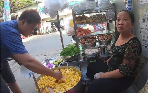 """Đến review quán bánh canh 300k nổi tiếng Sài Gòn rồi nhận xét """"ế, qua thời hoàng kim"""", Youtuber bị chỉ trích kém duyên, cố tình chọc quê chủ quán"""