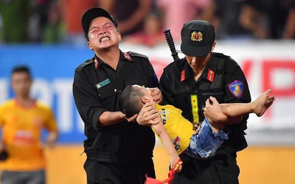 Khoảnh khắc xúc động mạnh: Fan nhí co giật ở trận Nam Định - HAGL, chiến sĩ cảnh sát nén đau để em bé cắn vào tay giữ tính mạng