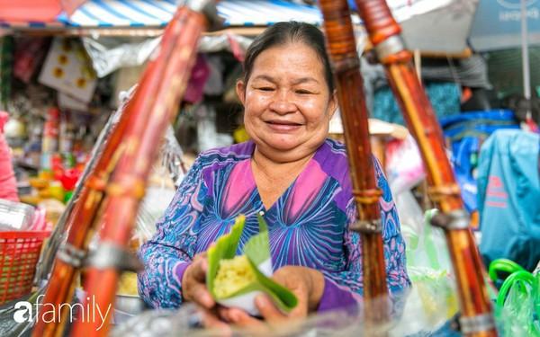 Hàng xôi sầu riêng siêu đắt bất ngờ được cả Sài Gòn biết tới, cứ 3 tiếng là bán sạch gần chục kg xôi, mấy chục kg sầu riêng, nhìn hấp dẫn đến nỗi ai cũng muốn chụp hình