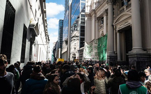 Tương lai nào cho Argentina sau cú sập 48% chỉ trong 1 ngày của thị trường chứng khoán