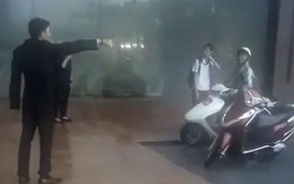 """Bảo vệ khách sạn 5 sao ở Hà Nội không cho người dân trú mưa, quản lý lên tiếng: """"Đó là đường của khách VIP đến, đỗ như vậy gây cản trở"""""""