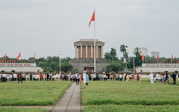 Hà Nội của sớm mai ngày Tết Độc lập: Buổi lễ chào cờ thiêng liêng trước Quảng trường Ba Đình, đường phố bình yên nhẹ nhàng