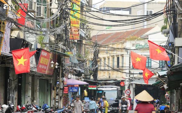Chùm ảnh Hà Nội buổi sớm ngày Quốc khánh vắng hoe xe cộ, mọi người đổ xuống đường chụp ảnh, vui chơi