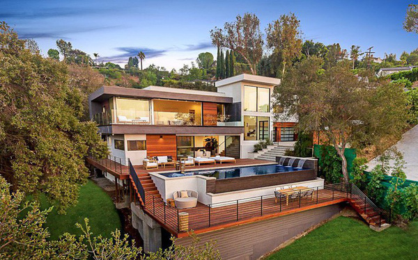 Ngôi nhà hiện đại ở California ẩn mình giữa những cây sồi lớn khổng lồ nhờ vẻ ngoài mang tông màu đất