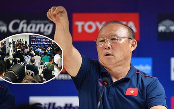 """Phóng viên Thái Lan phản ứng với thầy Park: """"Ồn ào trong phòng họp là phong cách làm việc của người Thái"""""""