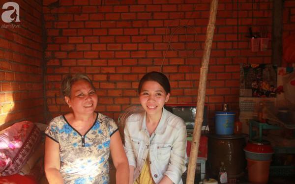 Nụ cười lạc quan của cô gái trẻ từ bỏ ước mơ làm nữ hộ sinh quay về chợ nổi Cái Răng chăm sóc mẹ già bệnh tật