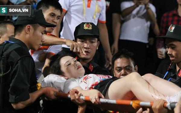 KINH HOÀNG: Một CĐV nhập viện vì bị pháo sáng bắn trúng, sân Hàng Đẫy chìm trong biển khói
