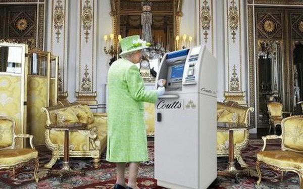 """Tiết lộ mới gây choáng: Cây rút tiền ATM """"độc nhất vô nhị"""" của Nữ hoàng Anh được cất giấu ngay trong Cung điện"""