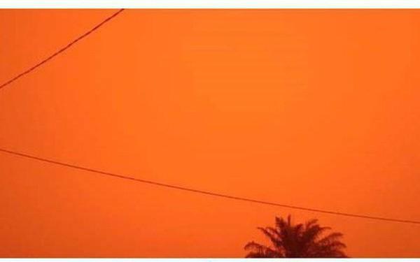 Những đợt cháy rừng tồi tệ khiến bầu trời ở Indonesia chuyển màu đỏ như máu