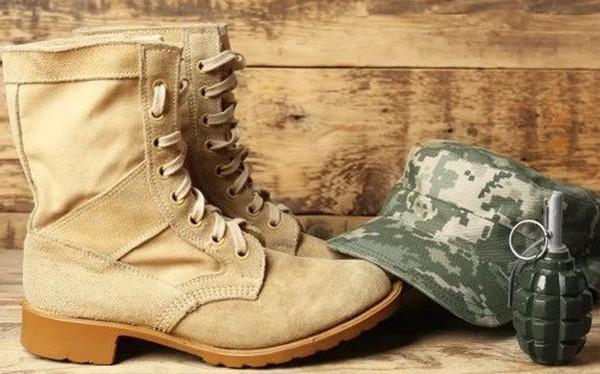 Vị tướng cúi người lau giày cho lính binh nhì, sau khi cậu hi sinh, chân tướng sự việc khiến người người xót xa