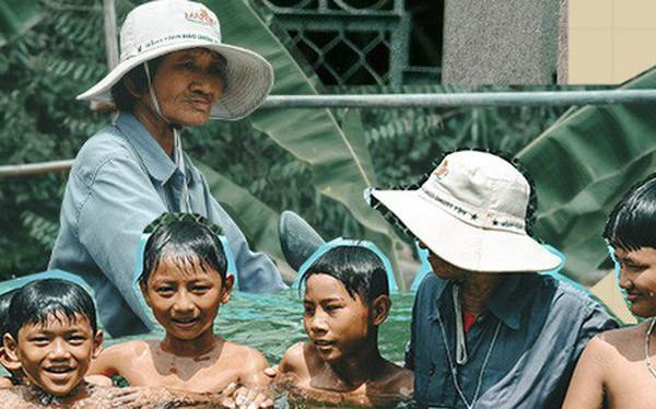 Bà Sáu Thia, người 17 năm dạy bơi miễn phí cho hàng ngàn trẻ em vùng sông nước