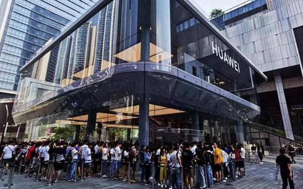 Người Trung Quốc xếp hàng mua điện thoại mới của Huawei