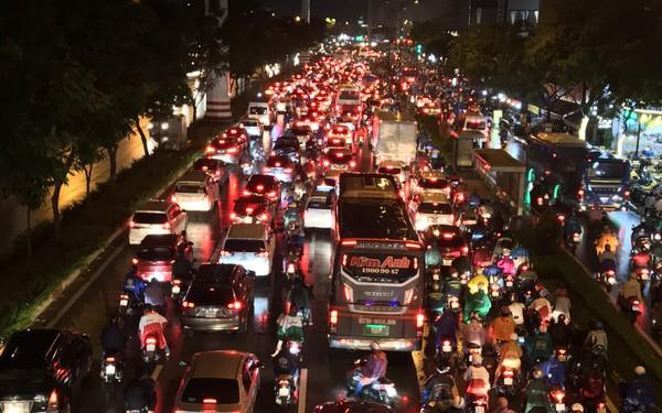 Đường phố Sài Gòn kẹt xe kinh hoàng sau cơn mưa chiều