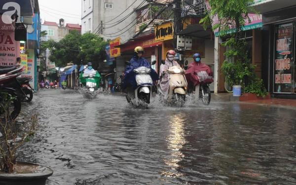 Hà Nội đón mưa lớn sau chuỗi ngày nắng hanh, người dân vui mừng vì ô nhiễm không khí được giảm đáng kể