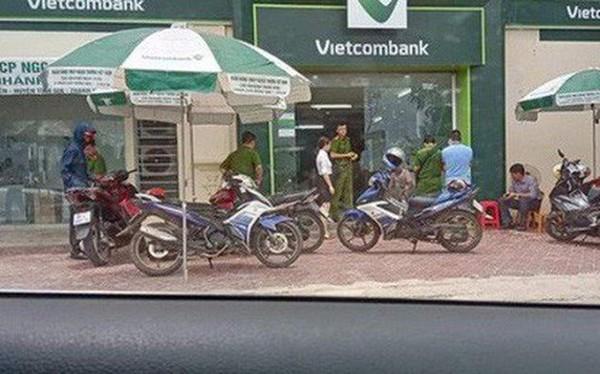 Tước quân tịch 1 thượng úy công an huyện tới ngân hàng gây rối