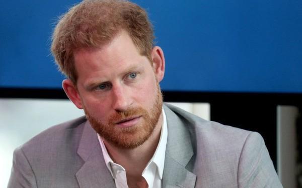 Hết Meghan Markle đến lượt Hoàng tử Harry thông báo khởi kiện 2 tờ báo Anh vì bị hack điện thoại, căng thẳng ngày một leo thang
