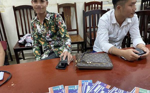 """Trước trận Việt Nam-Malaysia, Cảnh sát hình sự mật phục bắt quả tang một loạt """"cò vé"""""""
