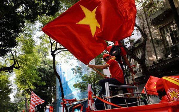 """Ảnh: Nhiều giờ trước trận cầu kịch tính Việt Nam gặp Malaysia, hàng trăm cổ động viên đã """"nhuộm đỏ"""" hàng loạt tuyến đường Hà Nội"""