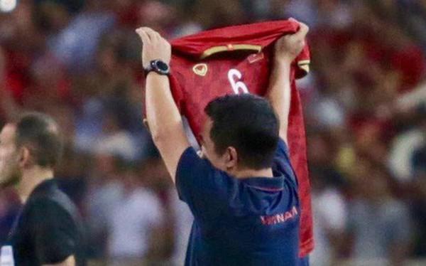 Mải mê ăn mừng siêu phẩm của Quang Hải, các cầu thủ Việt Nam bỗng quên mất kế hoạch đặc biệt dành cho Xuân Trường