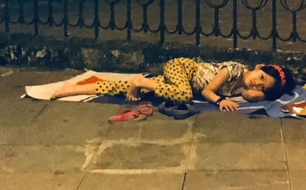 Xót xa hình ảnh bé gái từng gây bão MXH nằm ngủ trên vỉa hè trong đêm vui chiến thắng của ĐT Việt Nam