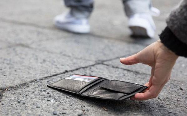 Nhặt được ví đánh rơi mà chỉ có thẻ ngân hàng trong đó, anh chàng đã