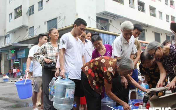 Doanh nghiệp thừa nhận dùng xe chở nước tưới cây đưa nước sạch miễn phí cho dân Hà Nội