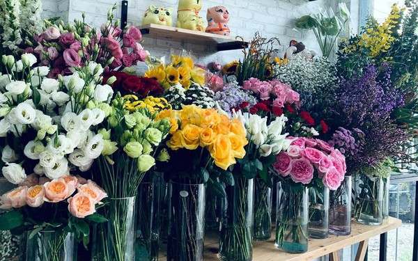 Thị trường 20/10 sôi động dù giá hoa tươi, quà tặng không hề rẻ