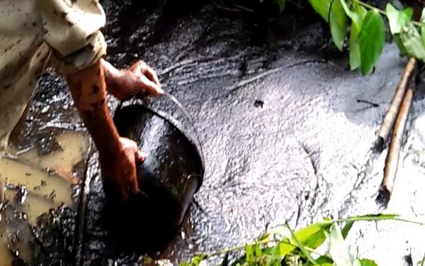 """Toàn cảnh vụ đổ trộm dầu thải khiến người dân lao đao """"khát"""" nước sạch"""