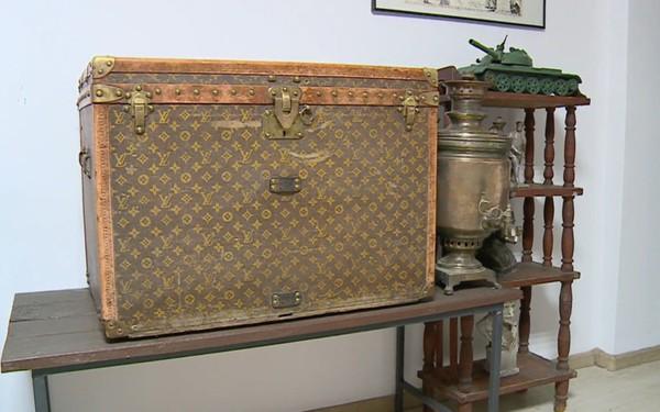 Nông dân Ukraine dùng rương Louis Vuitton 130 năm tuổi để đựng ngô cho gà