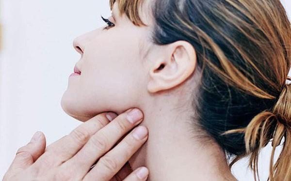 Chỉ với 3 ngón tay, bạn có thể tự kiểm tra xem mình đang có nguy cơ mắc ung thư vòm họng hay không