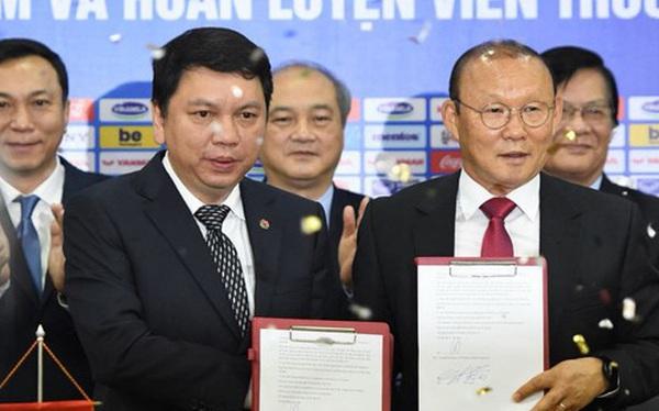 """HLV Park Hang-seo nói """"cảm ơn"""" bằng tiếng Việt, tự hỏi liệu đây có phải lần cuối cùng ký hợp đồng với VFF hay không"""
