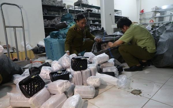 """Đột nhập kho buôn ở Hà Nội, phát hiện hơn 1.000 túi xách """"hàng hiệu"""" giá chỉ từ 40.000 đồng/chiếc"""