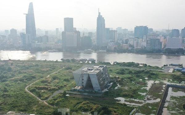 Cận cảnh tòa nhà triển lãm 800 tỷ xây dựng dang dở ở Thủ Thiêm