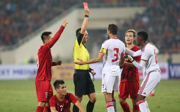 """Thẻ đỏ cho UAE hoàn toàn chuẩn xác, nhưng không phải bởi """"xương phía sau chân giòn hơn..."""""""