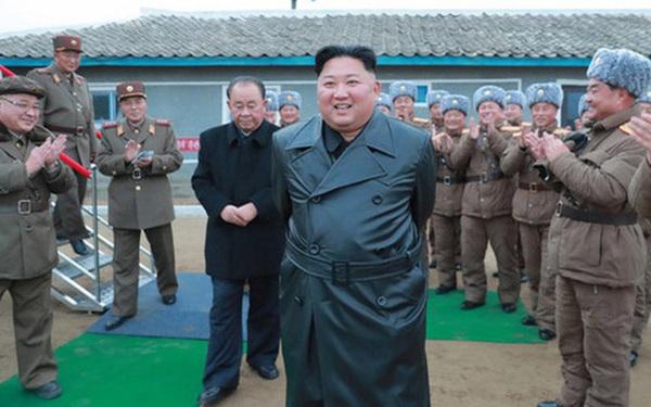 Vì sao ông Kim Jong Un theo đuổi phong cách thời trang mới, không còn mô phỏng theo ông nội?