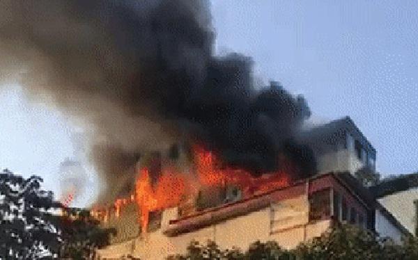 Hà Nội: Cháy dữ dội tầng thượng căn nhà mặt phố Thi Sách, người dân phố cổ hoảng loạn tháo chạy