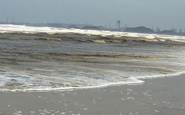 Cận cảnh biển Quảng Ngãi nhuốm màu đen nâu bất thường