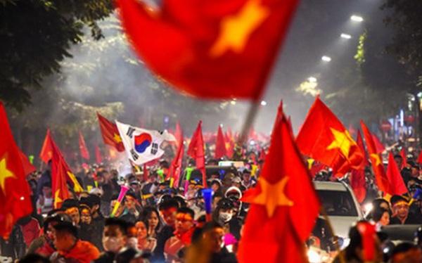 Báo thể thao hàng đầu nước Mỹ đăng ảnh Việt Nam ăn mừng HCV bóng đá SEA Games, choáng ngợp dòng người đổ ra phố