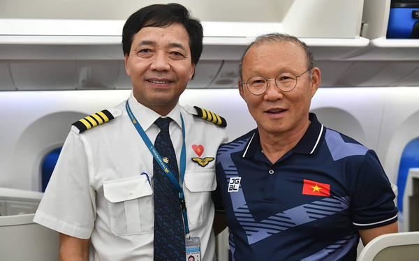 Cơ trưởng chuyến bay chở các nhà vô địch kể những chuyện lạ