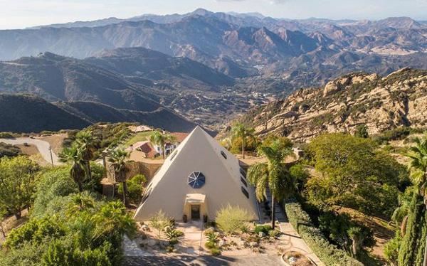 Bên trong 'kim tự tháp' 3 phòng ngủ trên đỉnh núi giá 2 triệu USD