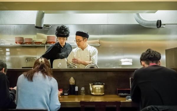 Sự trỗi dậy của văn hóa 'siêu độc thân' ở Nhật Bản: Ăn 1 mình, làm việc 1 mình, thậm chí hát karaoke cũng 1 mình!