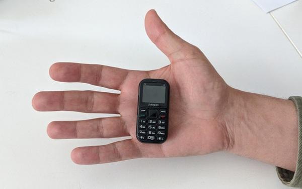 Cận cảnh chiếc điện thoại nhỏ nhất thế giới: có màn hình 1 inch và cả camera, chơi được game xếp hình, rắn săn mồi các kiểu