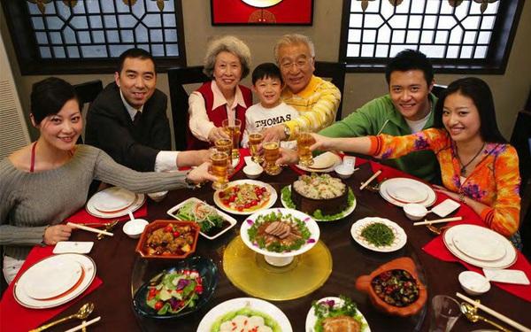 """Ăn Tết văn minh: Người Trung Quốc đang phí phạm hàng chục triệu tấn lương thực mỗi dịp Tết vì bị đổ đi """"lấy may"""""""
