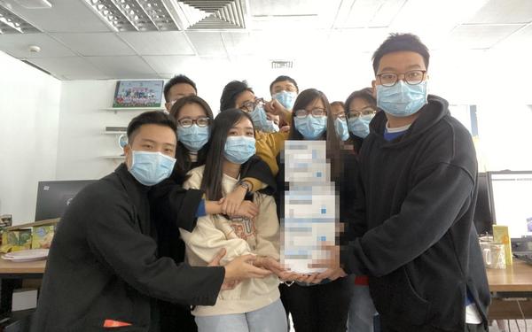 Lo sợ cúm Corona bùng phát, một công ty ở Hà Nội lì xì mỗi nhân viên 1 hộp khẩu trang trong ngày đầu đi làm