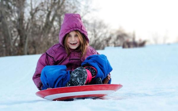 """""""Con gái màn ảnh"""" của Iron Man lôi khiên Captain America ra trượt tuyết, nhất quyết không chịu trả lại cho Marvel"""